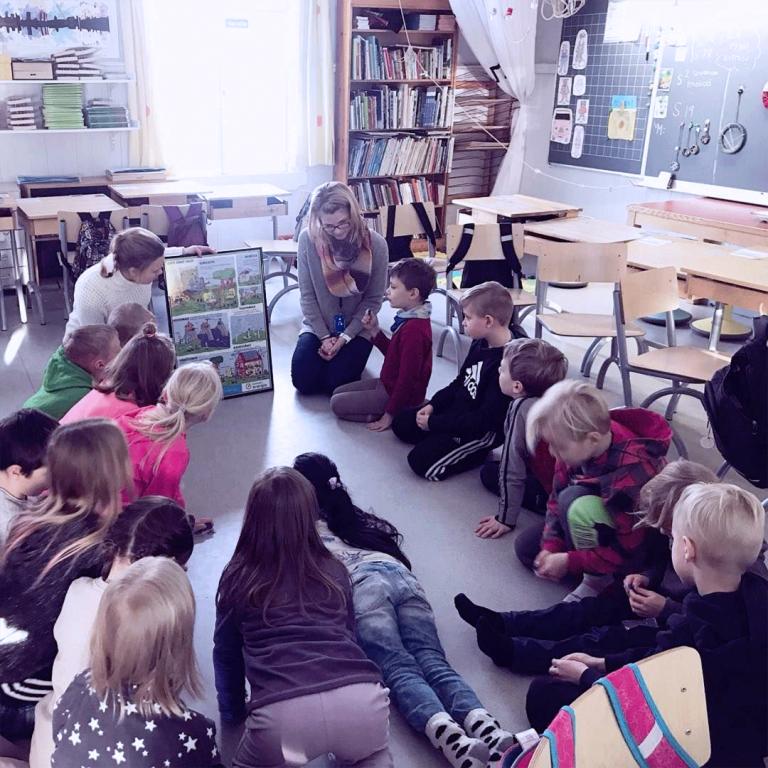 Keravan Energian työntekijä opettamassa lapsia energia-asioissa