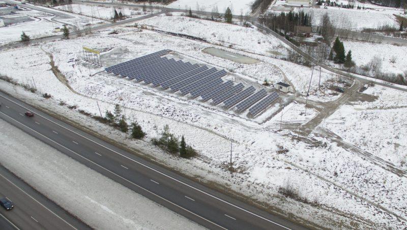 Keravan Aurinkovoimala ilmasta kuvattuna talvella