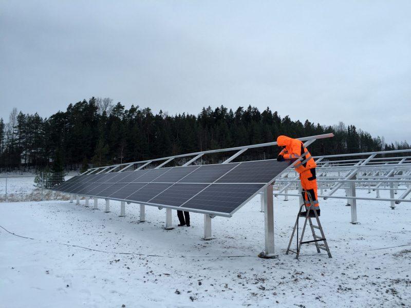 Aurinkovoimalan asennustöitä tehtiin kovassa pakkasessa